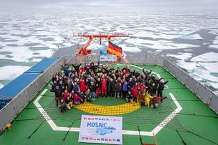 Photo of the MOSAiC leg 5 team, crew and scientists, in the North Pole