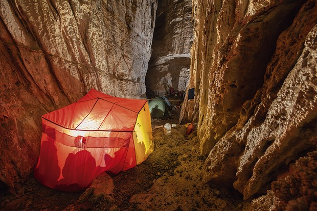 A tent pitched on the floor of the cave © Robbie Shone